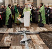Установка креста на месте строительства храма преподобного Сергия Радонежского на РКК «Энергия»