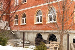 В строящемся духовно-просветительский центр начали вставлять пластиковые окна