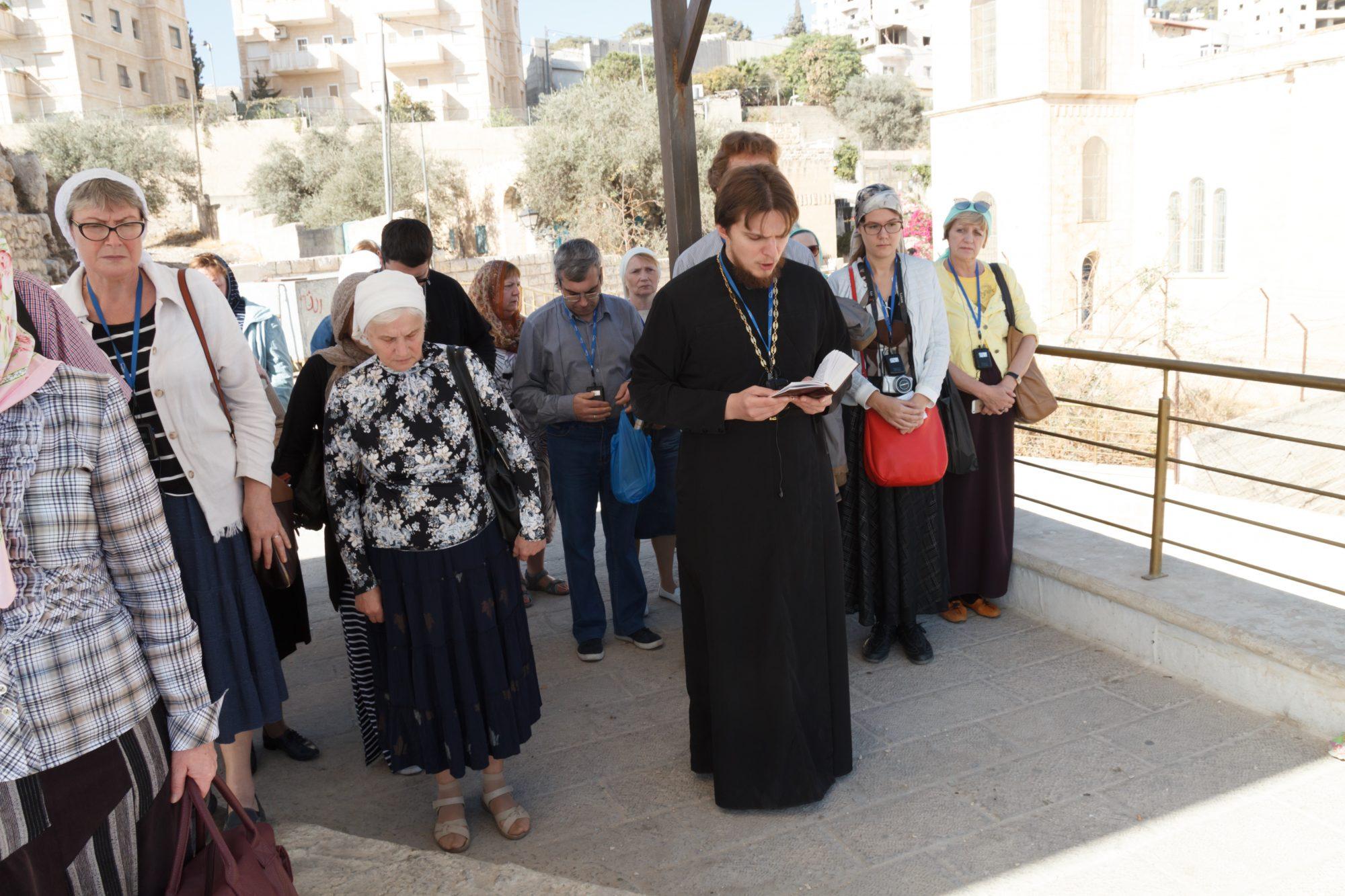 Вифания. Отец Сергий читает Евангелие о воскрешении Лазаря