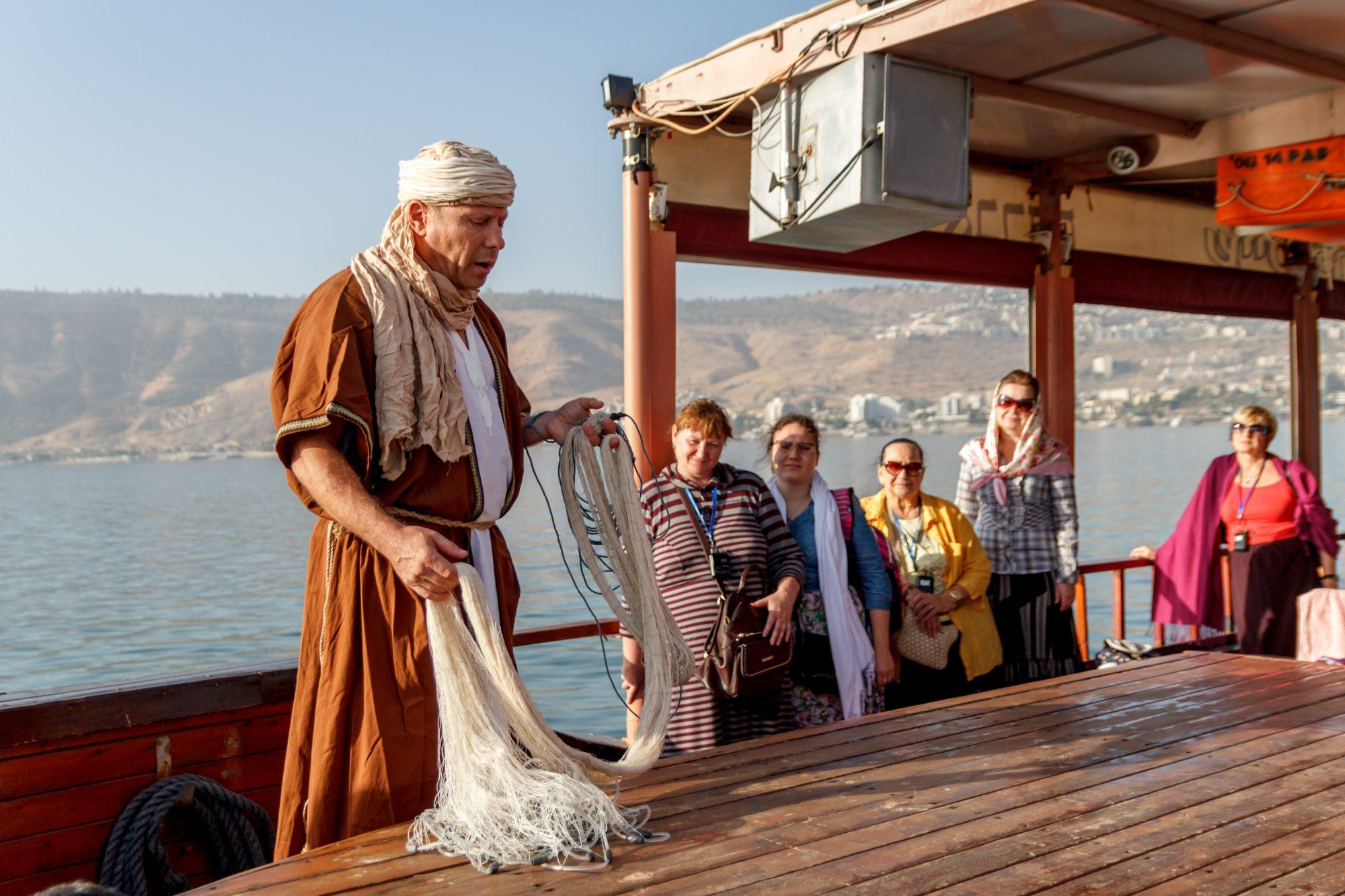 Наш гид Андрей Никсон демонстрирует как ловили рыбу во времена апостолов